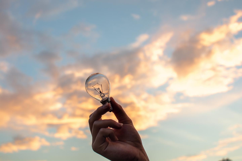 Glödlampa för att illustrera nya idéer till innehåll för sociala medier och blogg
